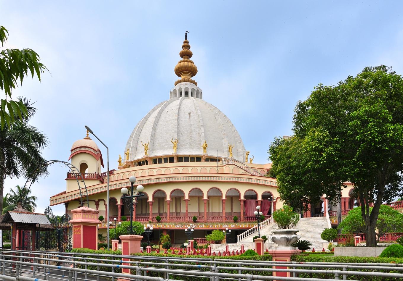 Samadhi_Mandir_of_Srila_Prabhupada_(front),_Mayapur_07102013.jpg
