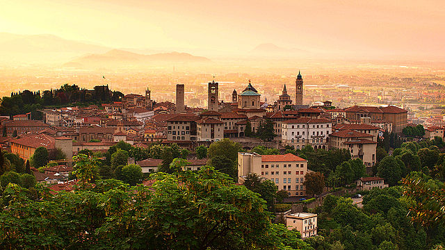 640px-Sunrise_at_Bergamo_old_town,_Lombardy,_Italy